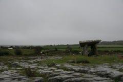 Dolmen Poulnabrone τάφος σε Burren Irleland, Στοκ Εικόνα