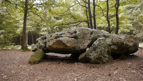 Dolmenla Grosse Pierre, megalitische capstone in Normandië, PAN stock footage