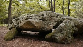 Dolmenla Grosse Pierre, megalitische structuur in Normandië, PAN stock videobeelden