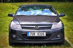 Dolni Adrspach, República Checa - 10 de julio de 2015: coche negro Opel Astra en el estacionamiento de la hierba del improvizate  Imagen de archivo libre de regalías
