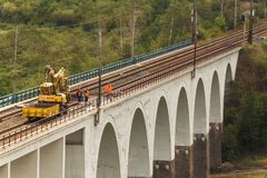 DOLNI LOCKY, REPUBBLICA CECA - 25 LUGLIO 2017: Riparazione di vecchio ponte ferroviario nel villaggio di Dolni Loucky Immagine Stock