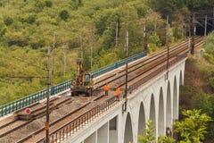 DOLNI LOCKY, REPUBBLICA CECA - 25 LUGLIO 2017: Riparazione di vecchio ponte ferroviario nel villaggio di Dolni Loucky Fotografia Stock