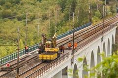 DOLNI LOCKY, TSCHECHISCHE REPUBLIK - 25. JULI 2017: Reparatur der alten Eisenbahnbrücke im Dorf von Dolni Loucky Stockbilder