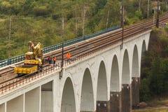 DOLNI LOCKY, TSCHECHISCHE REPUBLIK - 25. JULI 2017: Reparatur der alten Eisenbahnbrücke im Dorf von Dolni Loucky Stockbild