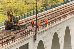 DOLNI LOCKY, TSCHECHISCHE REPUBLIK - 25. JULI 2017: Reparatur der alten Eisenbahnbrücke im Dorf von Dolni Loucky Lizenzfreies Stockbild