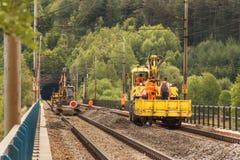 DOLNI LOCKY, TSCHECHISCHE REPUBLIK - 25. JULI 2017: Reparatur der alten Eisenbahnbrücke im Dorf von Dolni Loucky Lizenzfreie Stockbilder
