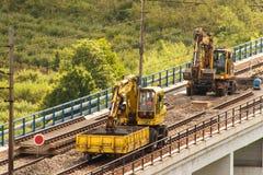 DOLNI LOCKY, TSJECHISCHE REPUBLIEK - 25 JULI, 2017: Reparatie van de oude spoorwegbrug in het dorp van Dolni Loucky Stock Afbeelding