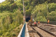 DOLNI LOCKY, TSJECHISCHE REPUBLIEK - 25 JULI, 2017: Reparatie van de oude spoorwegbrug in het dorp van Dolni Loucky Stock Fotografie
