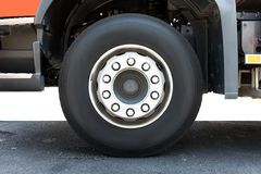 Dolny samochodowy ostrości koło na drodze obraz stock