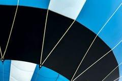 Dolny widok żywy gorące powietrze balon, przygotowywający dla lota zakończenia Tekstura i wzór, błękit, czarny i biały kolory Obraz Stock
