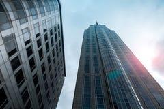 Dolny widok drapacze chmur z obiektywu racy filtra skutkiem Zdjęcia Stock