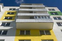 Dolny widok fasada nowożytny wielo- kondygnacja dom obraz stock