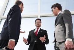 Dolny widok grupa ludzie biznesu dyskutuje biznesowych problemy fotografia stock