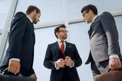 Dolny widok grupa ludzie biznesu dyskutuje biznesowych problemy obraz royalty free