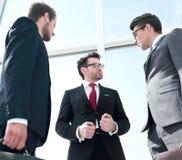 Dolny widok grupa ludzie biznesu dyskutuje biznesowych problemy obrazy stock