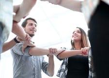 Dolny widok kreatywnie biznes drużyna, formy okrąg ręki zdjęcie royalty free