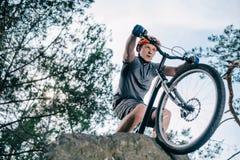 dolny widok młoda próbna rowerzysta pozycja zdjęcie royalty free