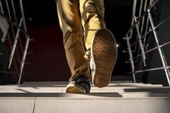 Dolny widok młodego człowieka odprowadzenia puszek schodki zdjęcia stock