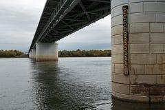 Dolny widok mostów poparcia nad Kamchatka rzeką Rosyjski Daleki Wschód, półwysep kamczatka Zdjęcia Stock