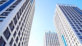 Dolny widok nowi mieszkaniowi wieżowowie z niebieskim niebem miastowy środowisko Rama Nowi mieszkaniowi kompleksy zdjęcia royalty free