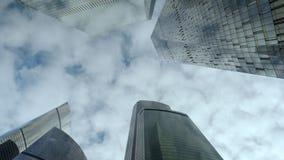 Dolny widok nowożytni drapacz chmur nad chmurnego nieba tłem zbiory