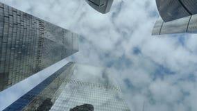 Dolny widok nowożytni drapacz chmur nad chmurnego nieba tłem zbiory wideo