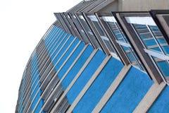 Dolny widok nowożytny szklany drapacz chmur przeciw niebu Dzielnica Biznesu Drapacz chmur chmury Fotografia Royalty Free