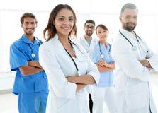 Dolny widok profesjonalista drużyna lekarki centrum medyczne Zdjęcia Royalty Free