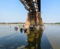 Dolny widok stary most w Agra, India zdjęcia stock