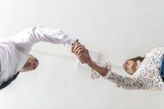 Dolny widok uścisk dłoni kobieta i biznesmen Zdjęcie Royalty Free