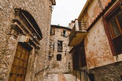 dolny widok wąska ulica z antycznymi budynkami przy starym miasteczkiem, Peille, Francja obraz royalty free