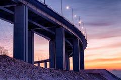 Dolny zmierzchu widok zostający bridżowy w Vladivostok, Rosja zdjęcie royalty free