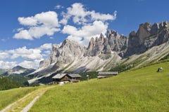 Dolomías asombrosas y una choza de la montaña Imágenes de archivo libres de regalías