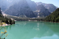 Dolomías de Braies del lago Foto de archivo