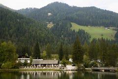 Dolomías Italia de Dobbiaco del lago Foto de archivo libre de regalías