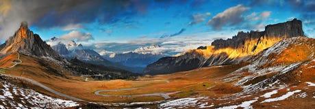 Dolomías - visión desde el passo Giau a Cortina d'Ampezzo Imagen de archivo