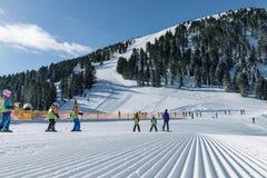 Dolomia, area dello sci con i bei pendii Pendio vuoto dello sci nell'inverno un giorno soleggiato Pista e giorno soleggiato pront Fotografia Stock Libera da Diritti