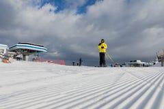 Dolomia, area dello sci con i bei pendii Uno sciatore in un rivestimento giallo sul pendio dello sci Fotografia Stock