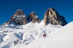 Dolomia coperte da neve e dalla gente sportiva di s Immagini Stock Libere da Diritti