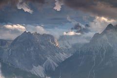 Dolomia di Sesto in nuvole illuminate dal tramonto in Italia Immagine Stock Libera da Diritti
