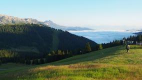 Dolomia, Italia Paesaggio di stupore al fondo della valle coperto dalle nuvole a mattina stock footage