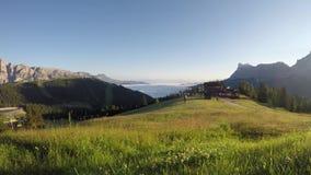 Dolomia, Italia, Sud Tirolo Alba di lasso di tempo, paesaggio al fondo della valle coperta dalle nuvole a mattina stock footage