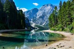 Dolomia italiane di estate con il lago blu Fotografia Stock