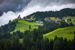 Dolomia maestose catena montuosa, valle con il dolom del sud del Tirolo Immagine Stock