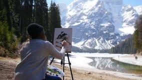 Dolomiet Bergen en het bos van een de jonge vrouwentekening op een canvas stock video