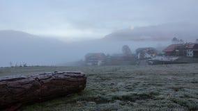 Dolomiet Geheimzinnig landschap Mistig donker weer Lage witte wolken Het weer wordt slechter Timelapse stock videobeelden