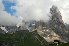 Dolomit-Alpen, Süd-Tirol, Italien Cimon-della Pala oder Cimone mit Wolken in Pale di San Martino Group Stockfotos