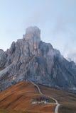 Dolomit góry Passo Di Giau, Monte Gusela przy behind N Zdjęcia Stock