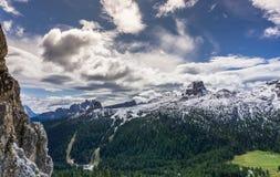 Dolomiteberglandskap i höst efter ett nytt snöfall Arkivfoton