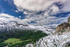 Dolomiteberglandskapet med världskrig ett fördärvar i förgrunden Royaltyfri Fotografi
